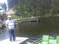 На фоне озера