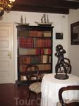 """Библиотека Карла Фауста. Здесь нет научных трудов, лишь книги, которые он любил почитать в свободное время. Кстати, есть здесь и """"Идиот"""" Достоевского на ..."""