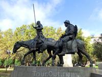 Самые популярные персонажи Сервантеса, продолжают свой вечный поход, восседая на старой кляче и ишаке.