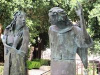 Назарет. Всемирно известная скульптура - Благая весть. Дева Мария, юная, трепещущая, испуганная открывшимся знамением - и Архангел Гавриил, несущий ей ...