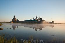 На соловках в июле солнце почти не заходит. Три час утра. Святое озеро.