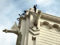 Угол дома охраняют бдительные драконы. В общем, очень красивое здание.