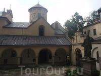 Армянский комплекс. Здесь снимали сцену сражения мушкетеров с гвардейцами.