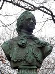В 1875 перед Домиком Петра был установлен бронзовый бюст Петра I работы скульптора Пармена Забелло.