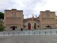 Улица привела нас на большую площадь. С одной стороны площади - художественная школа Толедо (Escuela del Arte Toledo).