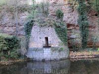 Скалы, на которых стоит замок, спускаются к реке. Здесь, очевидно, один из потайных выходов из замка. Говорят, что замок связывают с городом тайные подземные ...