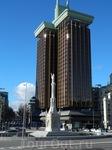 На площади Колон памятник Колумбу.