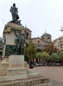 Первая церковь, увиденная нами - это Iglesia de Nuestra Señora del Portillo, построенная в  1702-1827 в стиле барокко и неоклассицизма. Вроде бы ничего особенного, но на площади у церкви установлен вот этот памятник героической женщине Agustina Raimunda María Zaragoza y Doménech, которую называли «Agustina de Aragón». Она и еще несколько женщин, прославившихся во времена войны с Наполеоном, похоронены в этой церкви в капелле-мавзолее Благовещения.