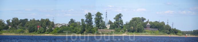 Волжская панорама. Справа налево Усть-Шексна, часовня (или храм), виден кусочек ГЭС и дальше какие то домики прячущиеся в деревьях.