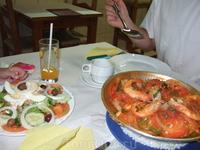 Справа - национальное блюдо Катаплана.
