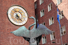 Часы на стене ратуши Осло