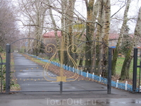 Ажурные кованые ворота на входе в усадьбу.