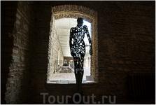 Здесь проводятся различные  художественные выставки. Современная скульптура