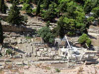 Восточнее театра Диониса находился знаменитый Одеон Перикла, построенный в 447 году до н.э. и предназначавшийся для музыкальных конкурсов. Одеон был уничтожен во время штурма Акрополя легионами Суллы