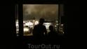 Это было на самом деле красиво - находиться в темноте в комнате и смотреть через окно на людей, огни, автобусы, воду, дым...