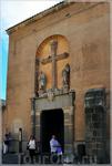 В начале XV в. синагогу превратили в церковь, а до этого она горела, была и казармой, и дровяным складом. Потолок здания поддерживают изящные арки, наподобие ...