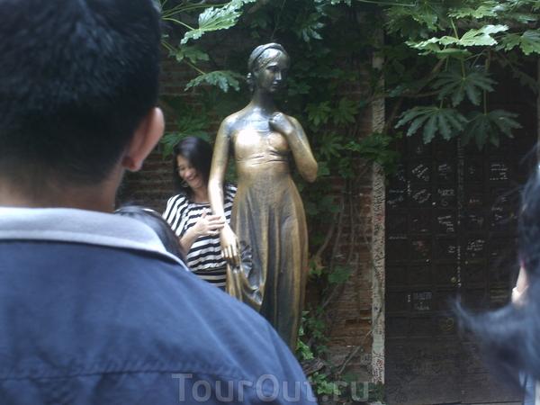 Это бронзовая скульптура Джульетты. Подойти ближе не было возможности, пришлось фотографировать через плечо впереди стоящего