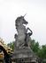 Единороги украшают не только герб на ограде, но и красуются по ее периметру.
