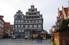 Площадь Am Sande, одно из примечательных зданий Люнебурга — сегодняшняя Торгово-промышленная палата (Industrie- und Handelskammer), находящаяся напротив ...