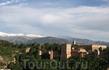 Альгамбра и Алькасаба прекрасно смотрятся на фоне гор с белыми шапками. Воздух прозрачный, чистый, несет прохладу