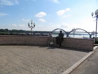 Памятник Льву Ошанину (2003 год) уютно расположился на берегу Волги