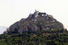 Над Афинами возвышается холм Ликавитос, он же Ликабет, с белой церковью Святого Георгия на вершине,  построенная приблизительно в 11 веке во время укрепления ...