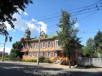 """Дом художников был построен в 1912 году и восстановлено в 1990 году. Такой вот """"обычный"""" жилой дом. Общий вид дома"""