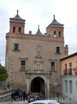Напротив монастыря Сан-Хуан де Лос Рейес находится западный вход в старый город - ворота Puerta del Cambron, построенные в нынешнем виде 1572-1577 годах в результате переделки старых ворот, возведенны