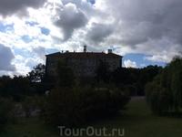 А это предстает перед нами следующий по программе замок - Нелагозевес. Его называют &quotЧешским Лувром&quot, поскольку здешнее собрание средневековой живописи лучшее во всей Чехии.  Здесь можно увиде