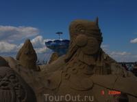 Темой песчаных скульптур в этом году стали герои Калевалы. Масштабы фигур очень впечатляют! На строительство этих исполинов было истрачено 3 000 000 кг ...