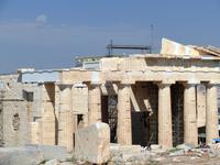 Этот памятник древнегреческой высокой классики был построен в дорическом стиле, а в качестве основного материала выступал местный мрамор – почти белый после добычи, и приобретающий теплый желтоватый о