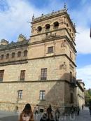 А вот и резиденция графов Монтеррей. Сейчас это собственность семейства герцогов Альба, они сами тут периодически живут, частная собственность внутрь доступ запрещен.