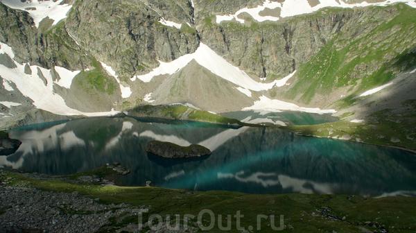 ОЗЕРО БЕЗМОЛВИЯ(Большое Имеретинское озеро) — самое большое каровое озеро (площадь 0,21км2, максимальная глубина 18м) не только в рассматриваемом районе, но и на всем Западном Кавказе (в пределах Краснодарского края). С высоты обрамляющих его горных ...