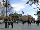 А потом пошла к королевскому дворцу и смешалась с разномастной публикой. В Мадрид приехало много туристов из других городов Испании, за ними интересно наблюдать.