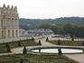 Вокруг дворца очень чисто, не сравнить с Парижем. Бросается в глаза огромное количество обслуживающего персонала. Кто кустики подстригает, кто подметает ...