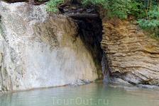 В районе второго водопада расположена благоустроенная стоянка,мимо этого водопада вы точно не проедете,здесь располагаются кафе,столики,места под палатки ...
