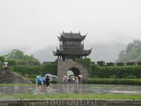 Внутри крепости. Под сильный ливень покидаю ее. Несмотря на дождь, впечатления об этой крепости остались самые положительные.