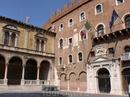 На площадь Сеньоров выходит один из фасадов Палаццо Комунале,тот,что принадлежит к эпохе Возрождения,а также фасад Домус Нова,сооруженного в 17 веке.