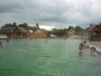 Вода в бассейне около 40 градусов, в такую погоду - сплошной комфорт