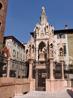 Арка Кансиньорио-на вершине монумента изваян и сам рыцарь,на коне,без попоны,как будто готовящийся к последнему штурму.
