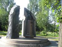 Памятник Людвигу Нобелю расположен на берегу Черемухи в Нобелевском парке