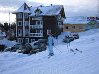 """Февраль 2007г. Наш любимый гостевой дом """"Тирольский"""". Как видите из отеля, сразу на лыжи и вниз. Купил абонемент, наверх и снова вниз. И так пока ноги ..."""