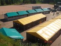 зелёные - попроще, для отечественных лошадок))) желтенькие загончики - получше, для иностранных лошадок