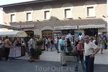 Площадка  перед залом дегустации вин в  Сан - Марино.