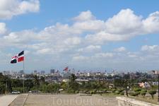 т.к. маяк расположен на холме оттуда хорошо виден весь Санто-Доминго