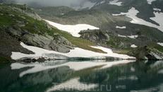 Снежник и его отражение на озере