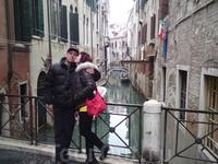 простой поцелуй необычайно заводит  на венецианских мостах