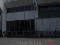 А  это стоянка для велосипедов работников и посетителей мэрии.