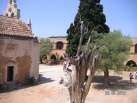 Монастырь Аркади. Сухое дерево - свидетель печальных событий 1866 года