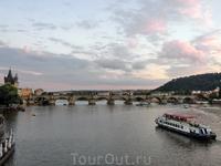Весь следующий день я провела в поездке по замкам, а вечером вышла на прогулку к реке. Карлов мост, вид с набережной, от моста Manesuv, соседнего с ним ...